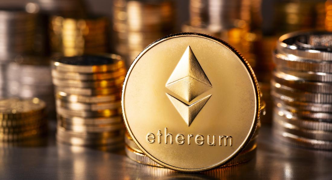 Symbol der Kryptowährung Ethereum auf einer goldenen Medaille