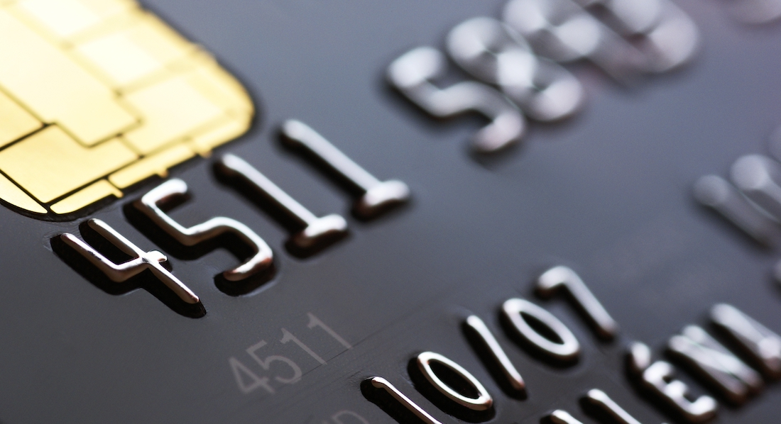 Die Vorderseite einer Kreditkarte ist zu sehen, auf der die Kreditkartennummer zu erkennen ist