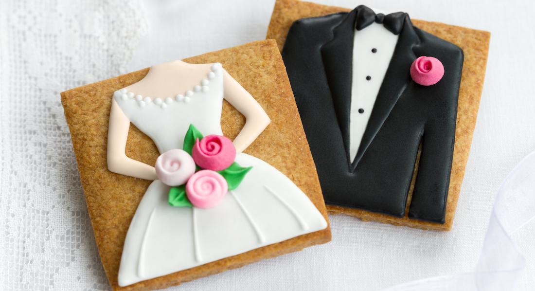 Selbstgemachte Kekse als Hochzeitsgeschenk, der eine mit Braut-, der andere mit Bräutigam-Motiv