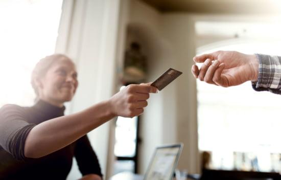 Frau reicht ihre Kreditkarte