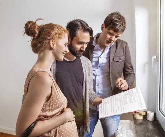 Junge Familie mit Mietvertrag