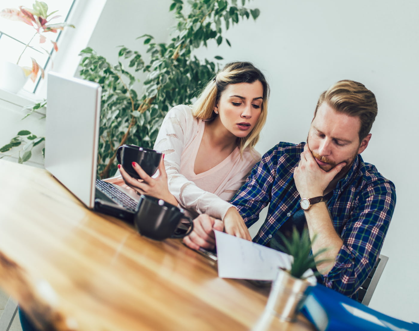 Ein Paar diskutiert einen negativen Eintrag in der Schufa-Auskunft