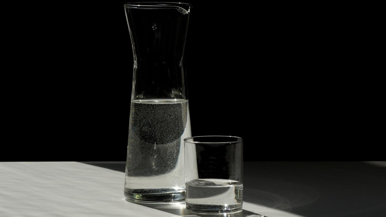 Gefüllte Glaskaraffe mit Glas
