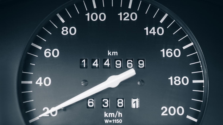 Tachometer im Auto mit Kilometeranzeige