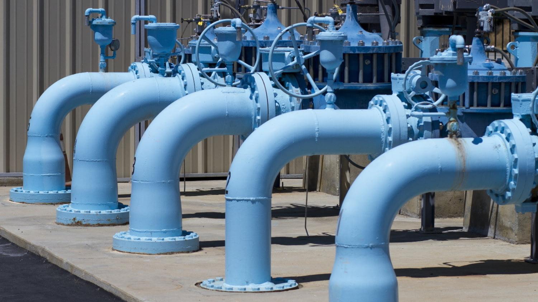 Riesige blaue Rohre in einem Wasserwerk