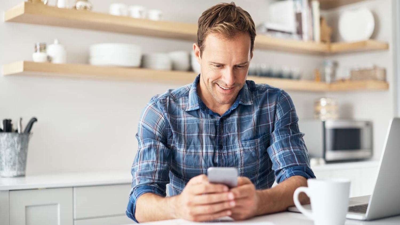 Mann bekommt SMS mit Passwort fürs Onlineshopping auf sein Smartphone