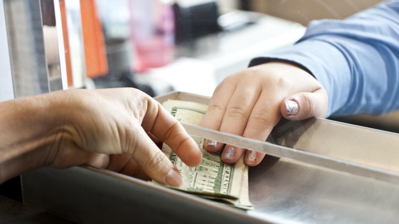 Auszahlung von US-Dollar am Geldtransfer-Schalter