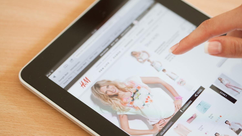 iPad, auf dem im Browser der H&M-Onlineshop angezeigt wird
