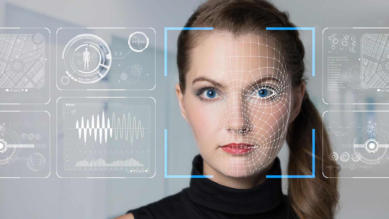 Computer scannt ein weibliches Gesicht