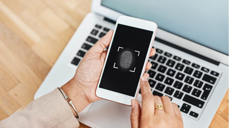 Ein Smartphone scannt einen Fingerabdruck