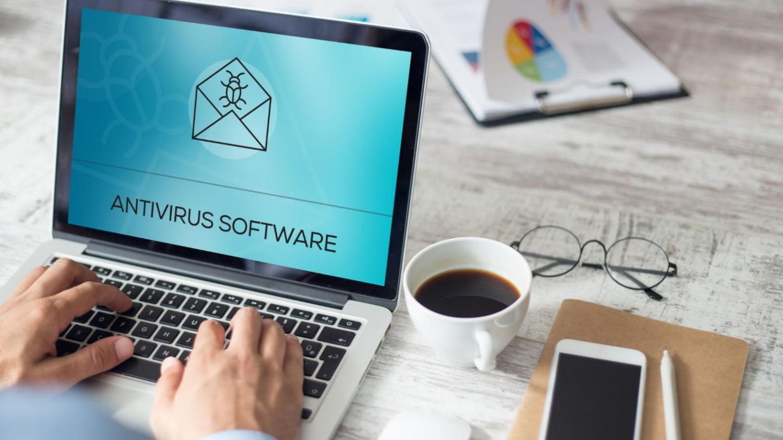 Anzeige eines Antivirenprogramms auf einem Laptop-Bildschirm