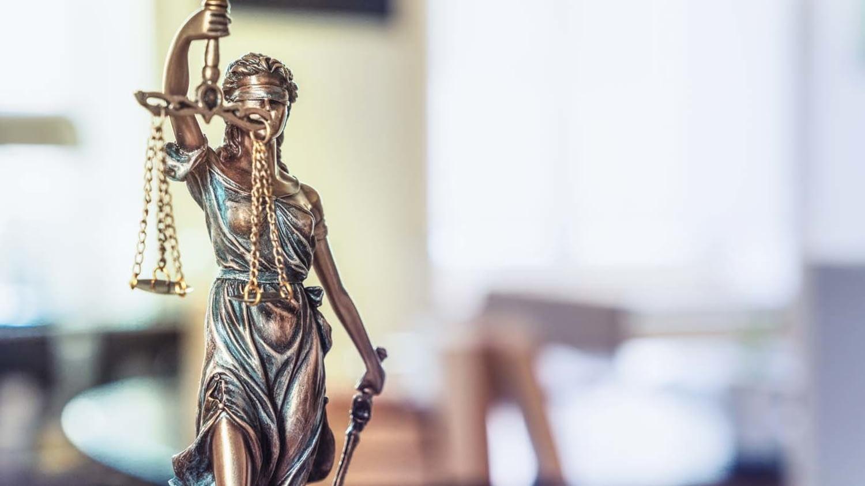 Justizia als kleine Statue