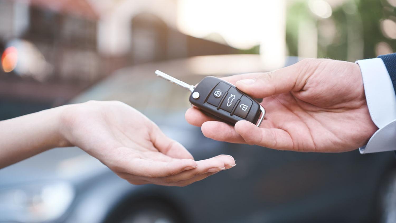 Vorgesetzter übergibt Autoschlüssel an Mitarbeiterin