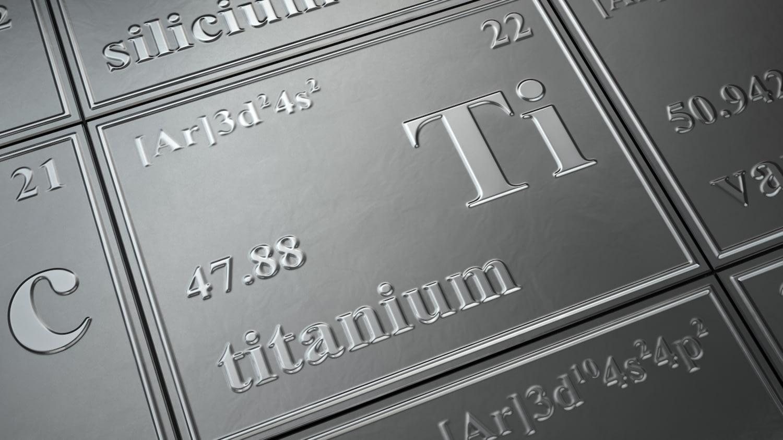 """Eine Platte aus silber-schimmerndem Metall, in deren Mitte das Wort """"Titanium"""" steht"""