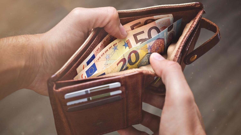 Blick in ein Portemonnaie, gefüllt mit mehreren Euro-Scheinen