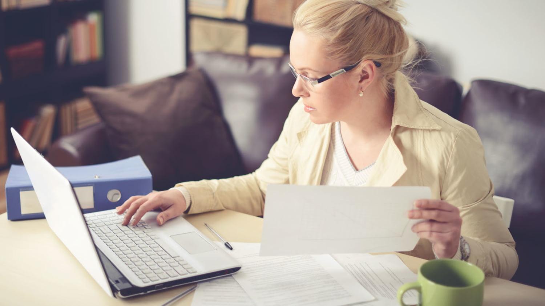 Junge Frau arbeitet an einem Laptop