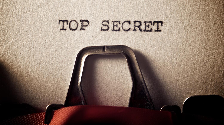 """Auf einem Blatt Papier steht """"Top Secret"""" in Schreibmaschinenschrift"""