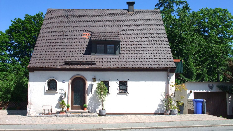 Außenfassade eines Hauses, das eine Renovierung benötigt