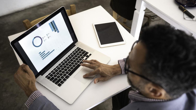 Mann betrachtet eine Webseite auf dem Laptopbildschirm