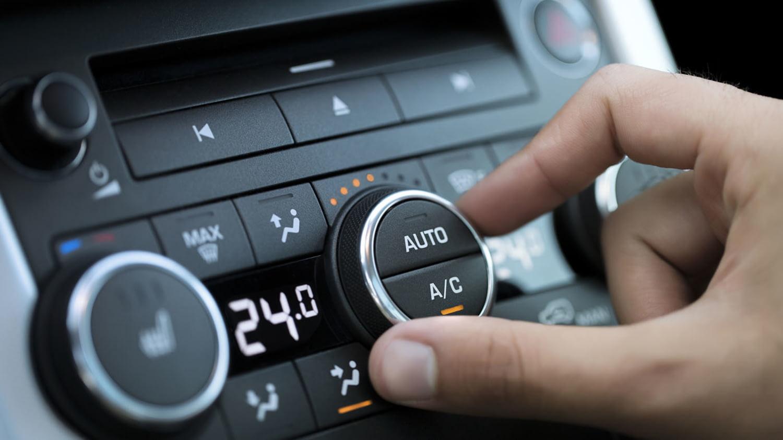 Ein Fahrer schaltet die Klimaanlage ab