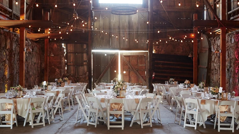 Eine für eine Hochzeitsfeier festlich weiß dekorierte Scheune