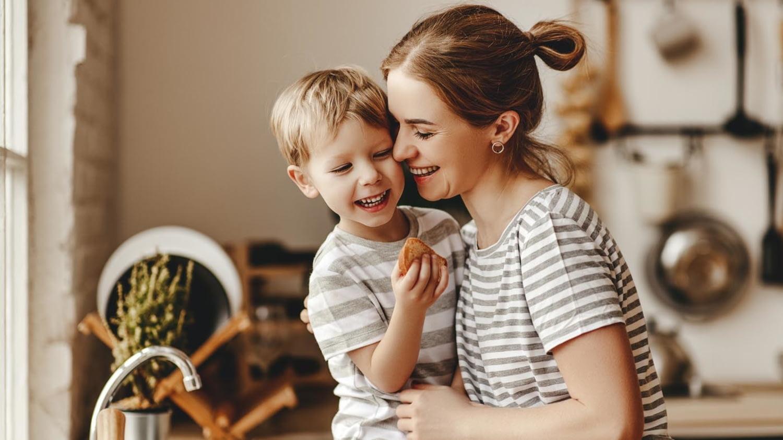 Mutter und Sohn lachend in der Küche