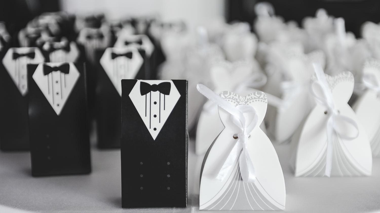 Hochzeitseinladungen mit Karten als Braut und Bräutigam