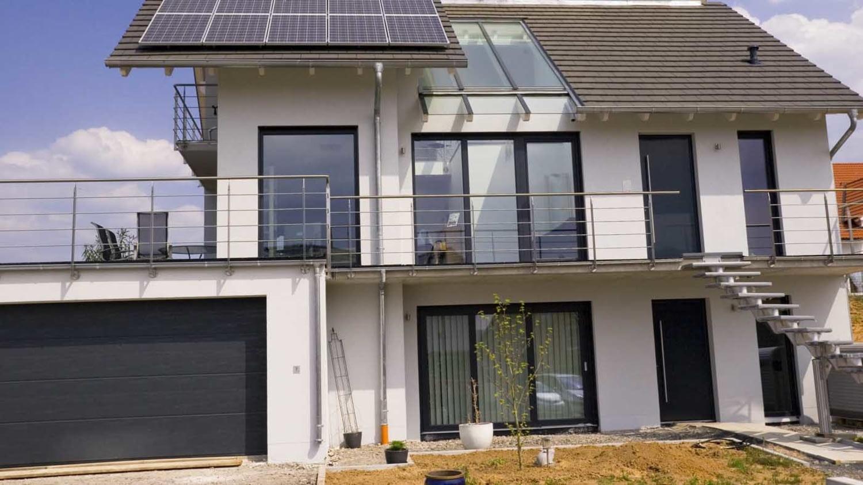 Zeichnung von einem energieeffizienten Einfamilienhaus mit Elektroauto-Ladestation