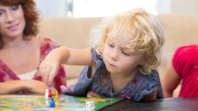 """Kind spielt """"Mensch ärger dich nicht"""""""
