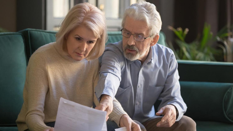 Älteres Ehepaar schaut auf seine Rentenbescheide