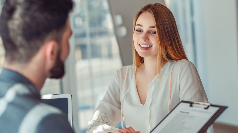Junge Frau präsentiert ihrem Berater ihre Geschäftsidee