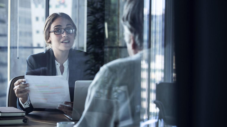 Bankberaterin spricht mit einem Kunden