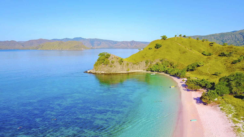 Rosa Strand vor malerischer Meereskulisse