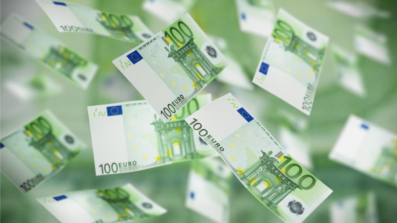 Viele 100-Euro-Scheine fallen vom Himmel