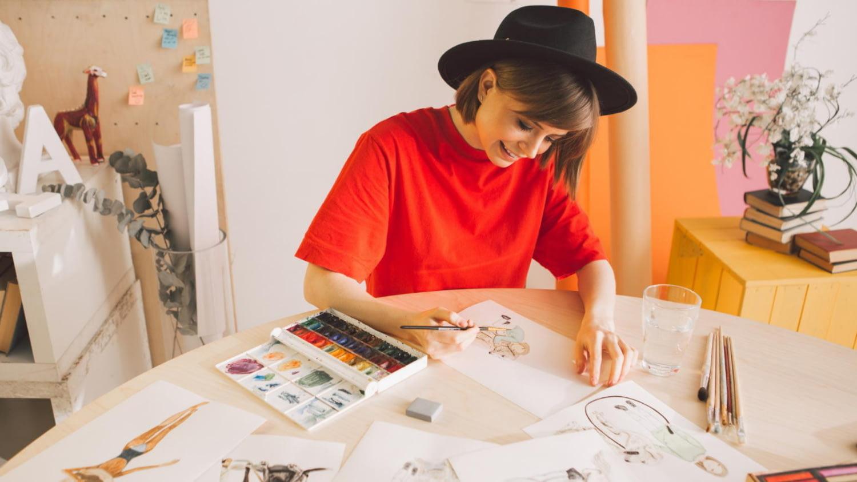 Junge Illustratorin arbeitet an einem neuen Auftrag