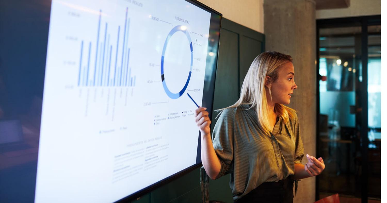 Junge Geschäftsfrau hält eine Präsentation