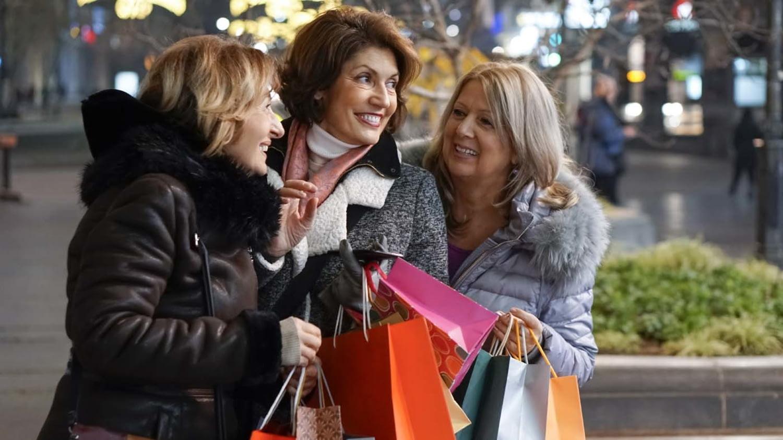 Drei ältere Frauen beim Einkaufsbummel
