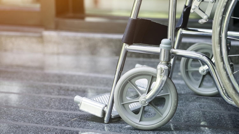 Auf einem Krankenhausflur geparkter Rollstuhl