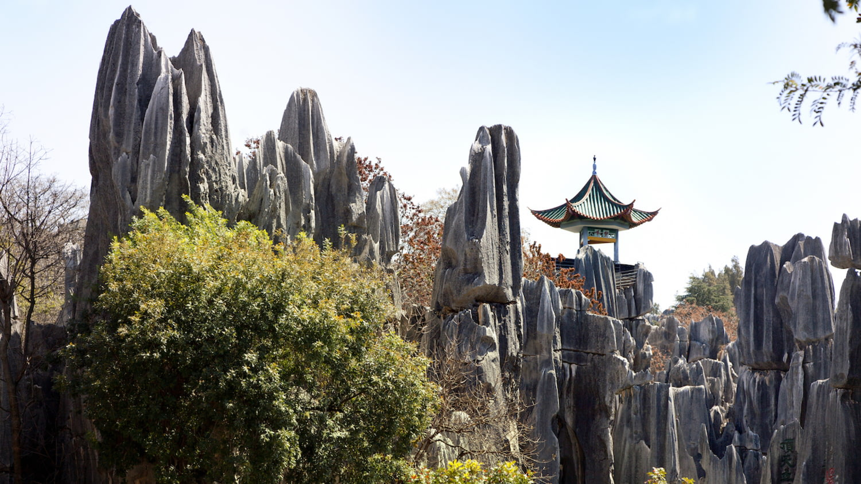 Pagode inmitten steil aufragender Felsformationen