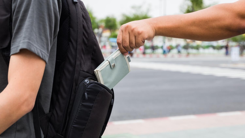 Taschendieb zieht einem Touristen unbemerkt die Geldbörse aus dem Rucksack