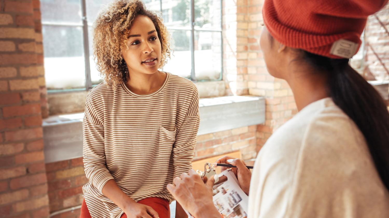 Eine Lifestyle-Expertin berät eine junge Frau in Modefragen