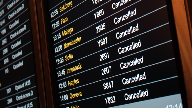 Anzeigetafel am Flughafen: Alle Flüge gecancelt