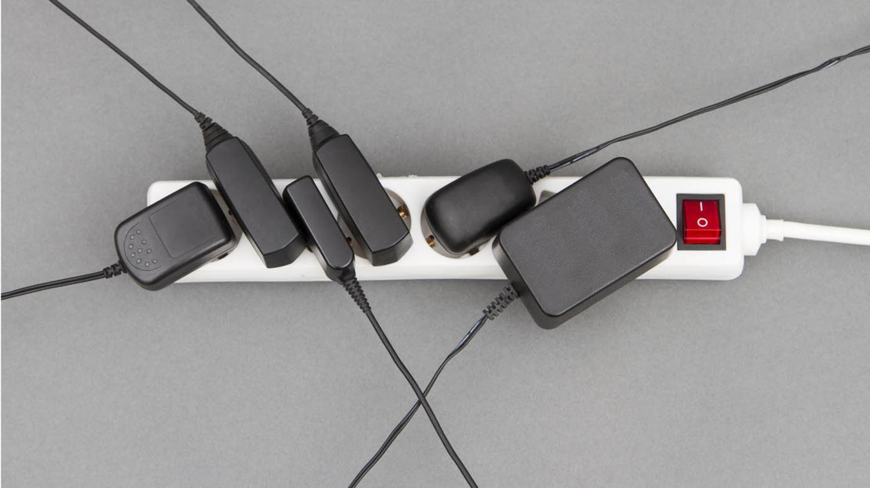 Steckdosenleiste mit angeschlossenen Netzkabeln und einem Ein-/Aus-Schalter