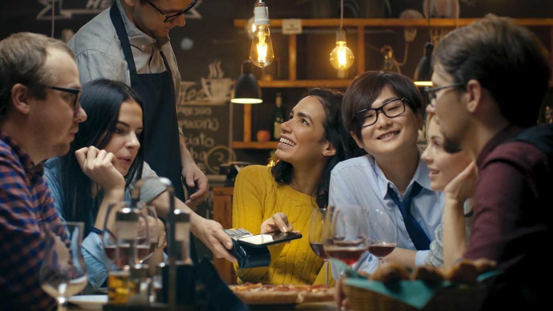 Junge Kellnerin zählt ihr Trinkgeld