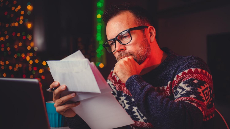 Mann betrachtet Papierdokument