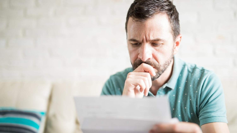 Mann studiert seine Renteninformation