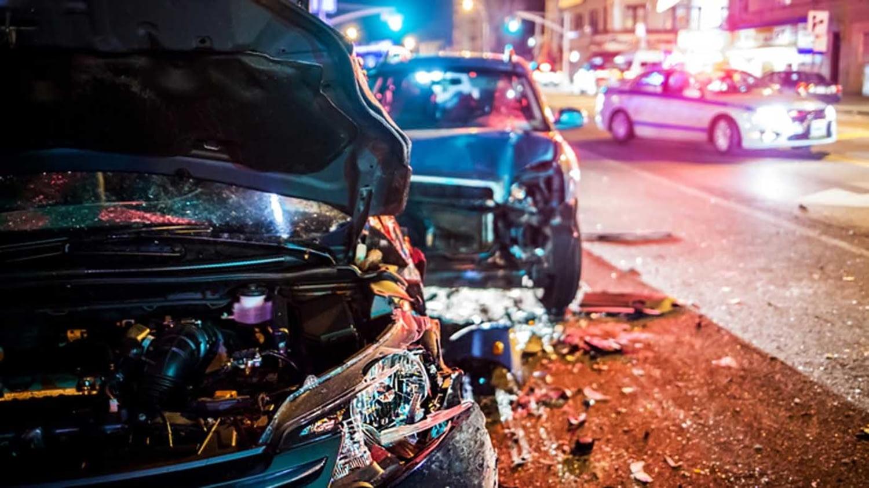 Autounfall in nächtlicher Stadt