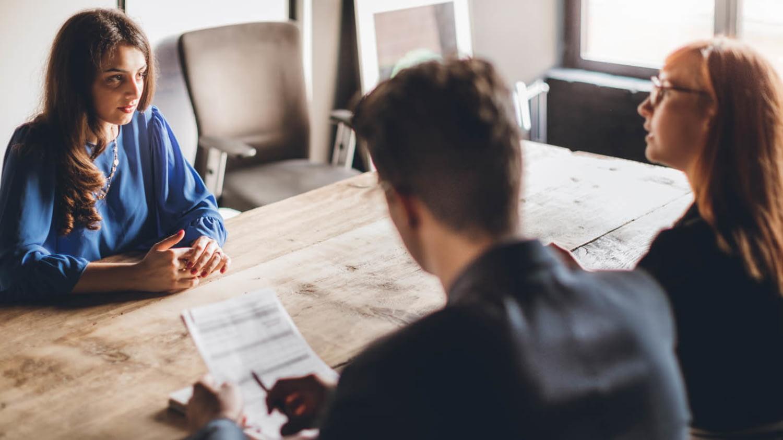 Eine junge Frau im Bewerbungsgespräch bei einem Partnerunternehmen für das duale Studium
