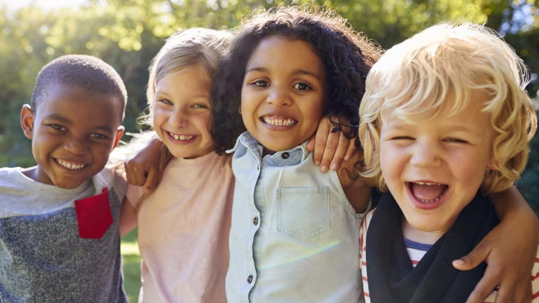 Gruppe lachender Kinder