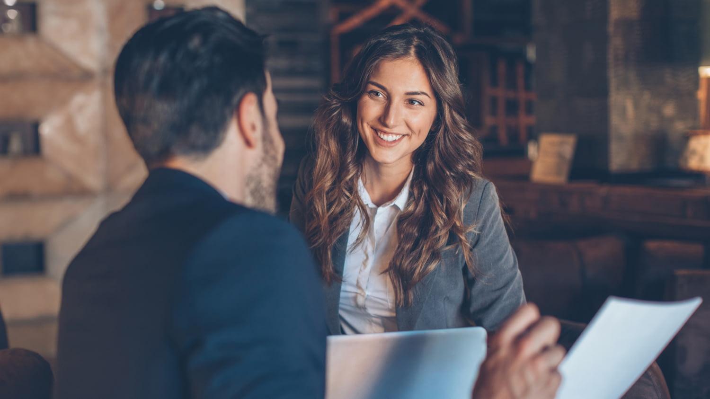 Arbeitgeber und Angestellte unterhalten sich über Formulare zur betrieblichen Altersvorsorge